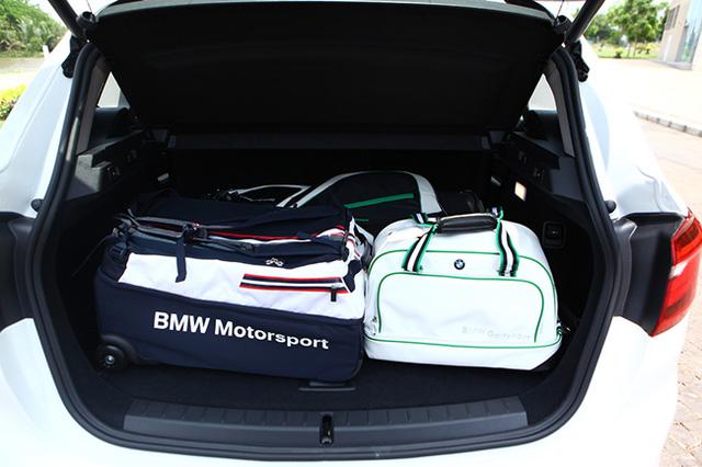Khoang hành lý rộng rãi có thể mở rộng tới 1.510 lít của BMW Series 2.