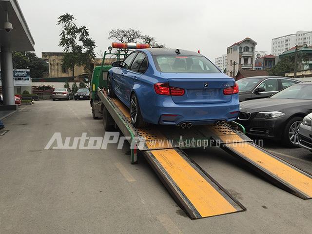 BMW M3 được chuyển về showroom của BMW tại Hà Nội.