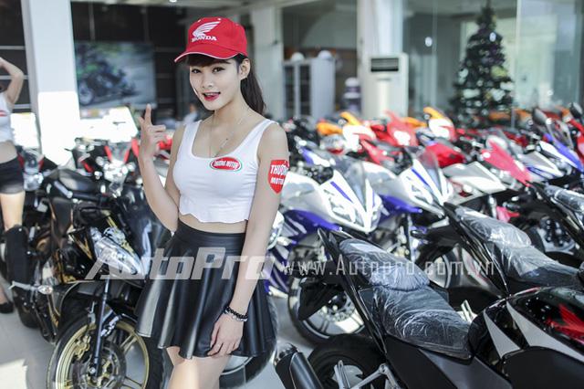 Dan chan dai Viet trong buoi khai truong showroom motor tai Ha Noi