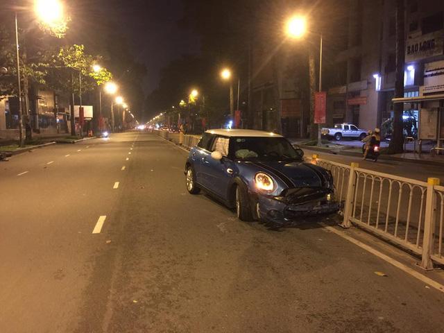 Hà Nội: Ủi bay dải phân cách trong đêm, xe tiền tỷ Mini Cooper nát đầu - Ảnh 2.