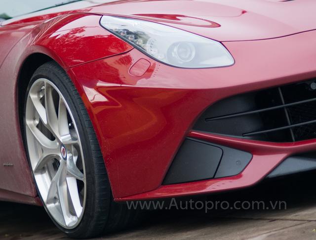 Ngoài ra, chiếc Ferrari F12 Berlinetta này còn được trang bị mâm độ của HRE hay động cơ được mở giới hạn tốc độ tối đa. Theo nhiều nguồn tin, bản độ Ferrari F12 Berlinetta độc nhất Việt Nam này, đang được rao bán gần 17 tỷ Đồng.