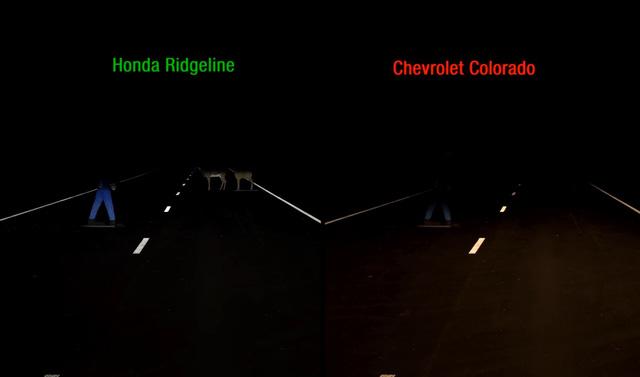 So sánh khả năng chiếu sáng của đèn pha trên Honda Ridgeline 2017 và Chevrolet Colorado 2016.
