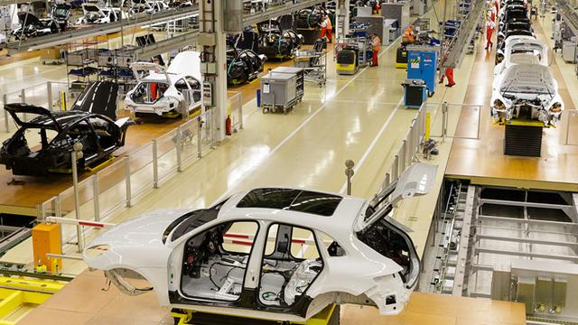 Công đoạn đầu tiên để có thể cho ra đời một chiếc xe Porsche chính là việc lắp đặt các trang thiết bị nội thất vào bên trong phần khung xe đã được chế tạo. Ở công đoạn này, có khoảng 200 chi tiết với khối lượng từ 60-90kg được lắp đặt vào bên trong xe. Bên cạnh đó còn có khoảng 2-3 km dây cáp điện, tín hiệu,... được lắp đặt để phục vụ các tính năng của xe.