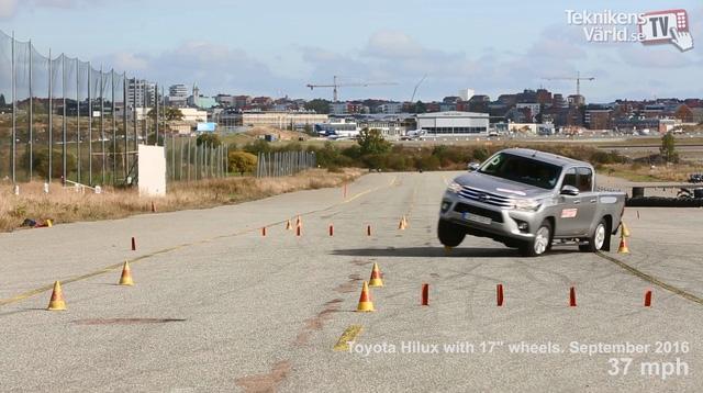 ' Chiếc Toyota Hilux 2016 dùng vành 17 inch cũng không hoàn thành tốt thử nghiệm. Ảnh cắt từ video '