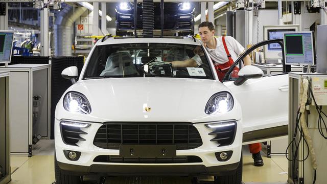 Sau khi lắp đầy đủ các trang thiết bị, những chiếc xe Porsche được đưa sang khu vực kiểm tra. Đây cũng là nơi mà những chiếc xe thể thao hạng sang của Porsche lần đầu tiên được chạm đất và cũng là nơi những khối động cơ hàng trăm mã lực được lần đầu tiên khởi động. Cũng tại công đoạn này, những chiếc xe này được triển khai các phần mềm điều khiển hệ thống, cân chỉnh hệ thống lái, kiểm tra hệ thống chiếu sáng,.....Và cuối cùng chiếc xe sẽ được chạy giả lập ở tốc độ 100km/h trên quãng đường 1,5 km.