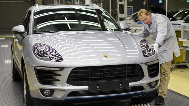 Cuối cùng, từng chiếc xe Porsche sẽ được vào công đoạn cuối để các chuyên gia kiểm tra hoàn toàn thủ công các tính năng như hệ thống chiếu sáng, chức năng lái,... Các chuyên gia của Porsche cũng tỉ mỉ kiểm tra bề mặt sơn, chất lượng hoàn thiện và cả những điểm nối trên thân xe,.....Sau khi đạt đủ các yêu cầu ở công đoàn này thì những chiếc xe Porsche đã đủ tiêu chuẩn để đưa tới tay khách hàng.