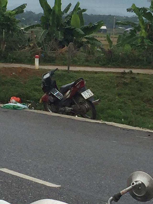Chiếc xe máy dựng bên lề đường.