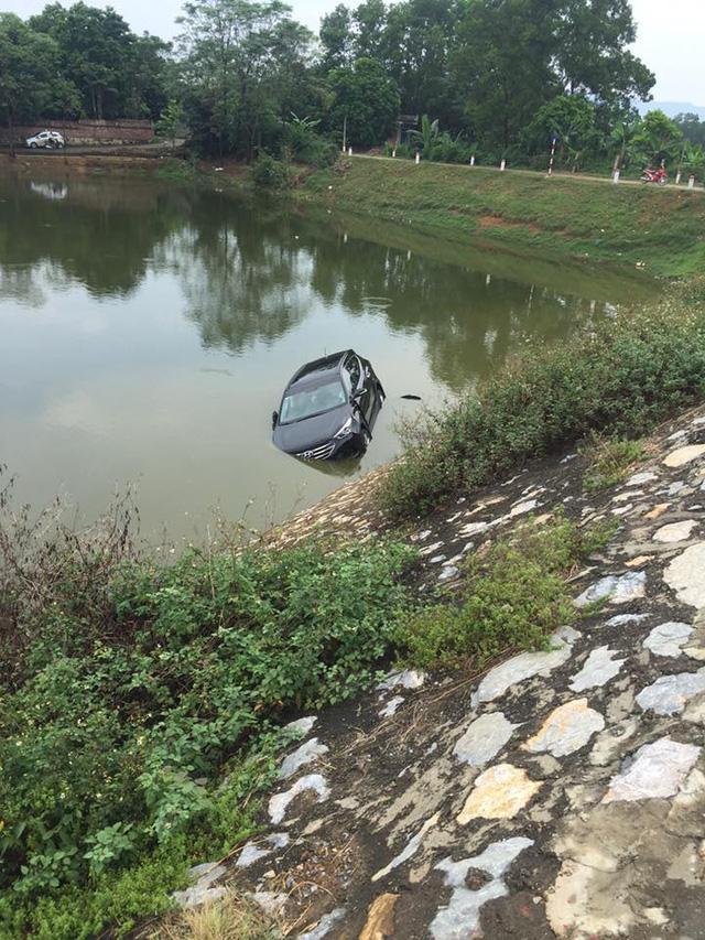 Chiếc Hyundai Santa Fe rơi xuống sông