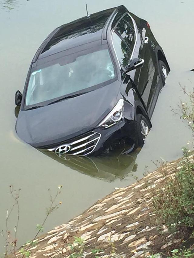 Chiếc Hyundai Santa Fe ngập một nửa dưới sông