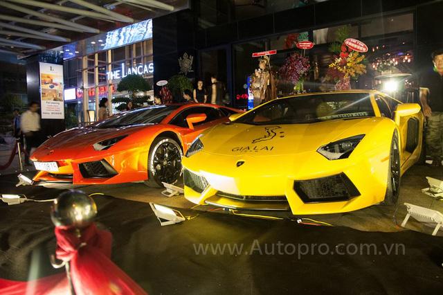 Ngoài Lamborghini Aventador LP750-4 SV và Murcielago LP670-4 SV, buổi tiệc kỷ niệm ngày cưới của đại gia Minh Nhựa còn có hai chiếc Aventador LP700-4.