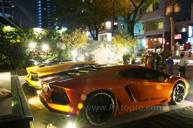 Hai chiếc Lamborghini Aventador LP700-4 màu cam và vàng là những chiếc đầu tiên xuất hiện tại Việt Nam.