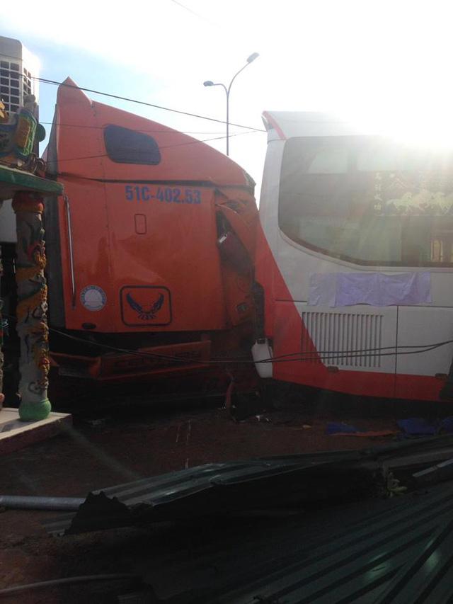 Phần sườn trái của ô tô khách và đầu xe container đều bị hư hỏng nặng.