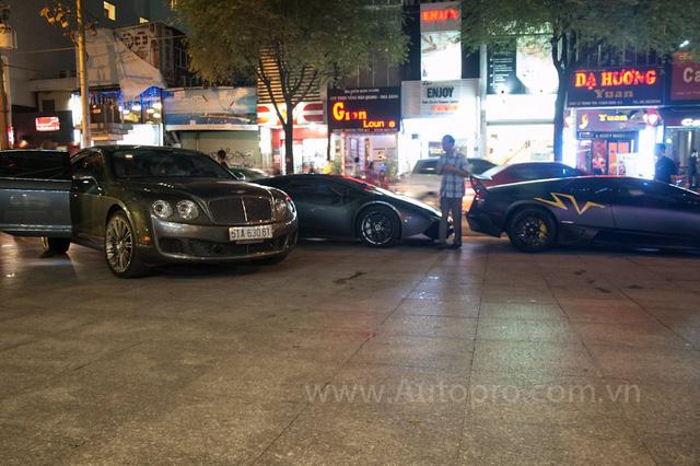 Bentley Continental Flying Spur Speed cùng bộ đôi siêu xe Lamborghini Huracan LP610-4 và Murcielago LP670-4 SV.
