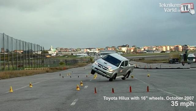 ' Toyota Hilux đời cũ suýt lật khi tham gia thử nghiệm tránh chướng ngại vật vào năm 2007. '