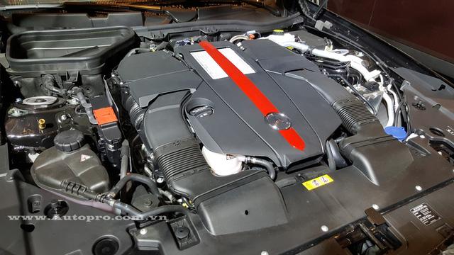 Mercedes-Benz SLC 2017 xuất hiện tại thị trường Việt Nam là bản cao cấp nhất SLC 43 sử dụng động cơ V6, tăng áp kép, dung tích 3.0 lít, sản sinh công suất tối đa 362 mã lực và mô-men xoắn cực đại 520 Nm.