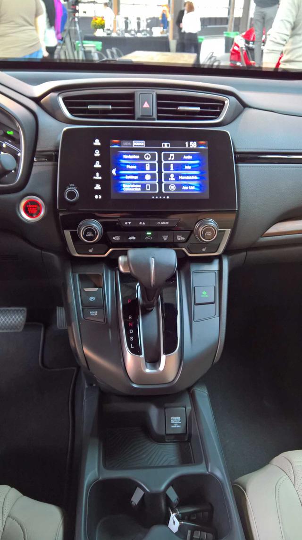 Theo ông Jeff Conrad, phó chủ tịch Honda tại Mỹ, màn hình cảm ứng của CR-V 2017 đi kèm núm chỉnh âm lượng dạng cơ.