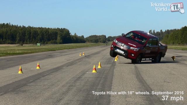 ' Toyota Hilux 2016 dùng vành 18 inch suýt lật. Ảnh cắt từ video '