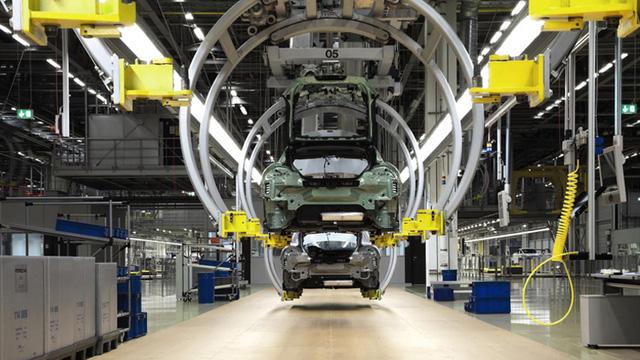 Công đoạn tiếp theo là việc lắp đặt hệ thống bên dưới của xe bao gồm cụm phanh, đường dẫn nhiên liệu, và các loại dây cáp. Ngay cả bình xăng cũng được lắp đặt vào xe ở công đoạn này.