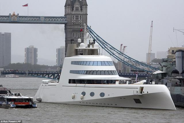 Vào dịp cuối tuần trước, chiếc du thuyền có tên gọi A cực đơn giản và ngắn gọn của tỷ phú Andrey Melnichenko đến từ nước Nga đã có dịp thăm thú sông Thame của thủ đô London, Anh.