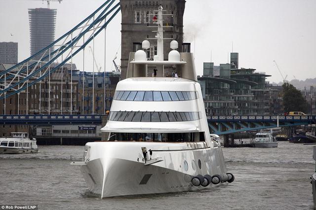 Với 2 động cơ diesel, chiếc siêu du thuyền A có thể di chuyển với tốc độ tối đa khoảng 42,5 km/h.