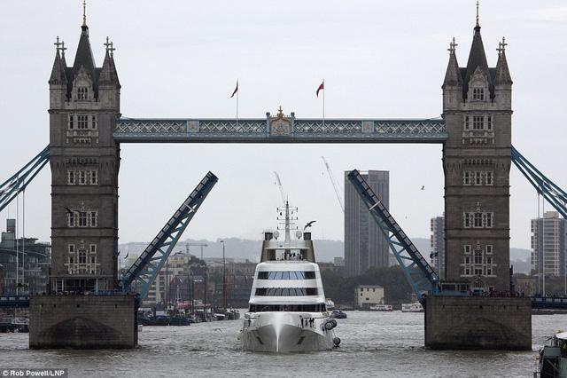 A đứng thứ 6 trong trong top 25 chiếc du thuyền lớn nhất thế giới. Khi chiếc siêu du thuyền này tiến vào sông Thame, cây cầu London nổi tiếng đã được nâng lên để mở đường cho chuyến dạo chơi của tỷ phú Melnichenko.