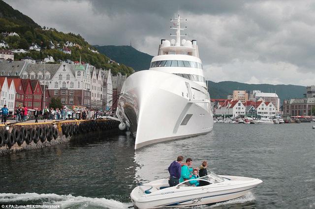 Nhiều người dân sống quanh sông Thame đã tỏ ra thích thú và ngạc nhiên khi chiếc siêu du thuyền A xuất hiện tại đây.