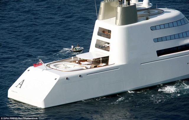Dưới bàn tày thiết kế của Philippe Starck, chiếc du thuyền A có vẻ ngoài khá giống tàu ngầm khi nổi trên mặt nước. Bên trong du thuyền có 7 cabin sang trọng, đủ sức chứa 14 hành khách cũng như thuỷ thủ đoàn, tổng cộng là 42 người.
