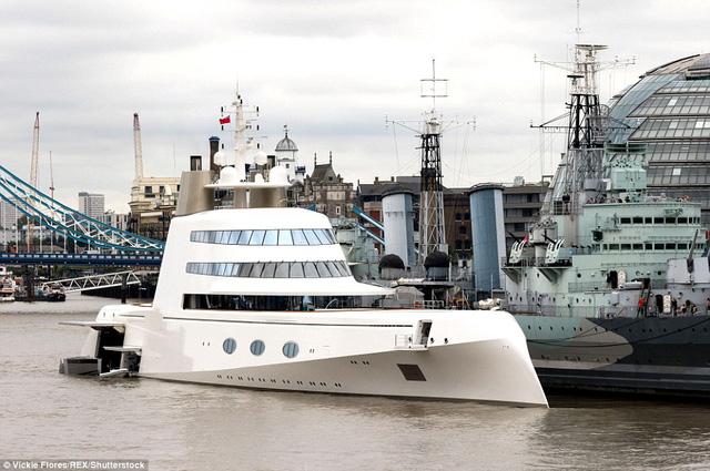 Chiếc siêu du thuyền A đỗ cạnh tàu chiến HMS Belfast, một kỷ vật chiến tranh của thế chiến thứ 2, và hiện đang là bảo tàng tại sông Thame.