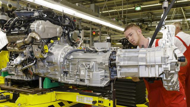 Bên trong khu vực lắp ráp của nhà máy Porsche có một khu lắp ráp riêng biệt làm nhiệm vụ kết nối hệ thống hộp số và các chi tiết liên quan vào động cơ.