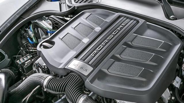 Công đoạn lắp đặt động cơ của xe cho phép các kỹ sư của Porsche kết nối hệ thống vận hành của xe bao gồm việc thiết lập hệ thống phanh giữa trục bánh trước và sau, đường ống dẫn nhiên liệu và hệ thống hút gió của xe, ....