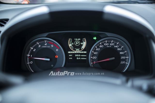 Phía sau vô-lăng là cụm đồng hồ hiển thị tốc độ và vòng tua máy dạng cơ cùng một màn hình điện tử hiển thị đa thông tin.