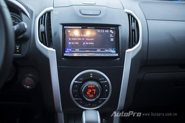 Isuzu MU-X được trang bị điều hoà tự động một vùng cùng màn hình cảm ứng trung tâm. Điều này giúp việc bố trí các nút bấm khá gọn gàng.