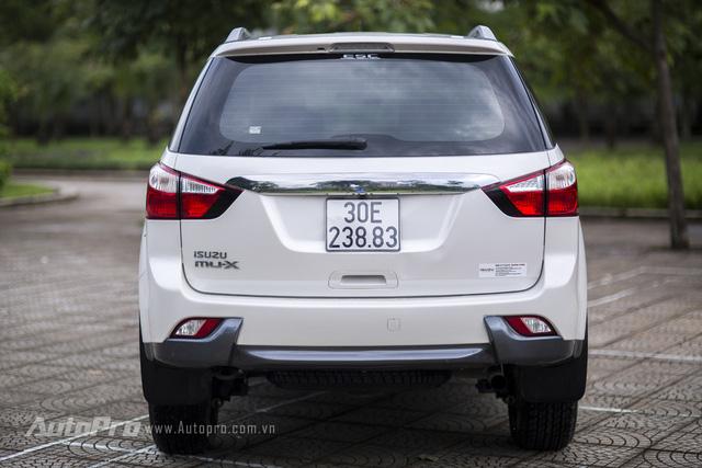 Isuzu MU-X nhìn từ phía cũng khá bắt mắt. Phần đuôi xe tạo cảm giác bề thế và cân xứng với đèn ôm hai bên hông cùng đường mạ crôm nối dài phía sau.