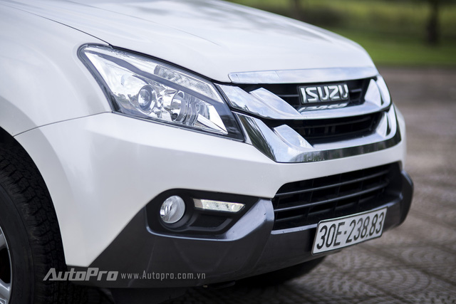 Isuzu MU-X được phát triển dựa trên người anh em bán tải D-max nên sở hữu hệ thống khung gầm sát-xi rơi (body on frame). Phần đầu xe được thiết kế với đặc trưng như lưới tản nhiệt hai tầng mạ crôm cỡ lớn và logo Isuzu đặt chính giữa. Bên cạnh đó là cụm đèn pha dạng projector cùng dải đèn LED tích hợp.