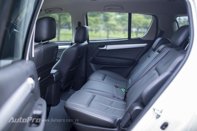 Hàng ghế thứ hai có không gian ngồi khá rộng rãi cùng vị trí tựa lưng có thể điều chỉnh.