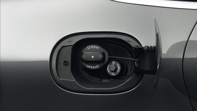 Sau khi hoàn thành công đoạn cuối là lắp đặt hộp số và cài đặt hệ thống PCM (Porsche Communication) thì nhiên liệu, nước làm mắt, dầu phanh bắt đầu được đưa vào để thử nghiệm chiếc xe.