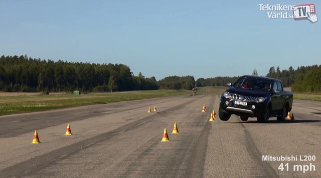 ' Mitsubishi Triton đều vượt qua thử nghiệm tránh chướng ngại vật dễ dàng. Ảnh cắt từ video '