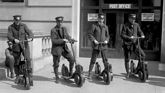 Lực lượng cảnh sát được trang bị xe scooter Autoped để phục vụ công tác tuần hành trong thành phố.