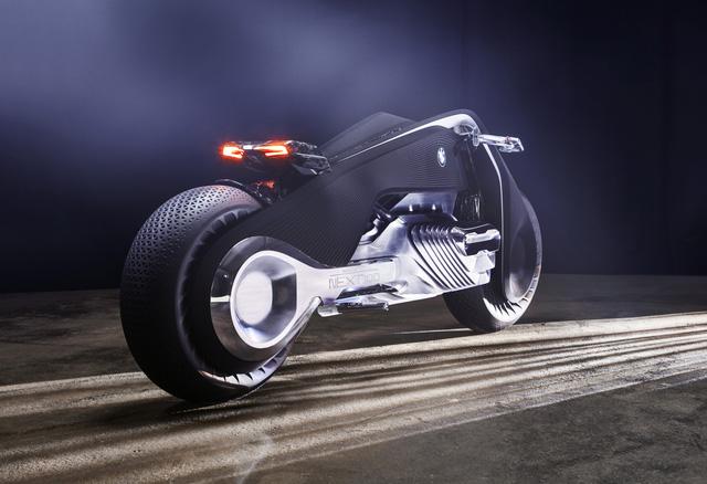 Thay vào đó, hãng BMW đã thiết kế một bộ đồ đặc biệt, có khả năng sưởi ấm hoặc làm mát cho cơ thể người lái. Phần cổ của bộ đồ còn có thể phồng lên để tạo điểm tựa và mang đến cảm giác thoải mái hơn cho người lái.