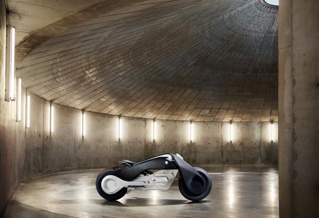 Bên dưới là hệ dẫn động có thiết kế như máy Boxer truyền thống của BMW. Tuy nhiên, trên thực tế, BMW Motorrad Vision Next 100 lại chạy bằng mô-tơ điện không thải khí độc hại.