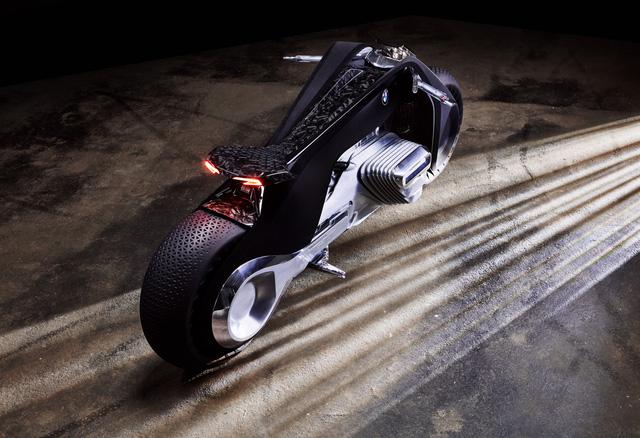 Theo BMW Motorrad, Vision Next 100 có đủ hệ thống an toàn nên người lái không cần đến những bộ đồ bảo vệ nữa.