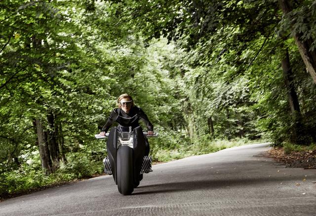 Dù có thiết kế giống dòng naked bike nhưng BMW Motorrad Vision Next 100 lại có cách bố trí các bề mặt thông minh để bảo vệ người lái khỏi gió tạt và thời tiết xấu như xe full-fairing.