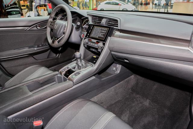 Mua Honda Civic Hatchback 2017, khách hàng có thể tùy chọn 3 loại dàn âm thanh khác nhau. Đầu tiên là hệ thống âm thanh tiêu chuẩn với 4 loa, công suất 160 W. Thứ hai là hệ thống âm thanh 180 W và 8 loa tầm trung. Cao cấp nhất là hệ thống âm thanh vòm với 11 loa và công suất 465 W.