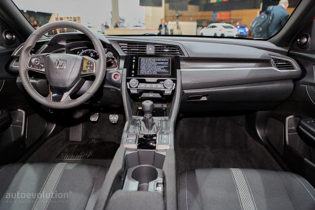 Tất cả đều kết hợp với hệ thống thông tin giải trí đi kèm màn hình cảm ứng 7 inch, tương thích với Apple CarPlay và Android Auto. Nếu muốn có hệ thống định vị vệ tinh Garmin trên Civic Hatchback 2017, khách hàng phải trả thêm tiền.