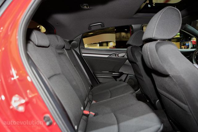 Chưa hết, khoảng cách từ vai người ngồi trên ghế trước đến trần xe đã tăng 10 mm. Trong khi đó, khoảng cách từ vai người ngồi trên ghế sau đến trần xe tăng 20 mm. Khoảng duỗi chân của hành khách ngồi trên ghế sau tăng 95 mm.