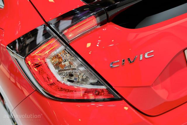 Dự kiến, Honda Civic Hatchback 2017 sẽ được bày bán tại hơn 70 thị trường trên toàn thế giới. Hiện giá bán của Honda Civic Hatchback 2017 tại châu Âu vẫn chưa được công bố. Trong khi đó, tại thị trường Mỹ, Honda Civic Hatchback 2017 có giá khởi điểm chỉ 19.700 USD, tương đương 439 triệu Đồng.