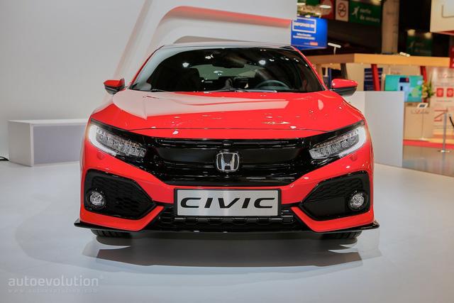 Bên cạnh Civic Type R 2018, hãng Honda đã trình làng Civic Hatchback thế hệ mới trong triển lãm Paris năm nay. Honda Civic Hatchback 2017 xuất hiện trong triển lãm Paris 2016 là phiên bản dành cho thị trường châu Âu.