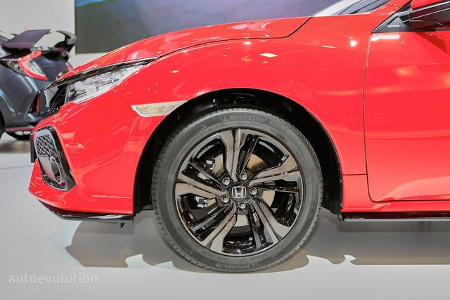 Thứ ba là động cơ diesel 4 xy-lanh, tăng áp, dung tích 1,6 lít quen thuộc của hãng Honda. Điều này không có gì lạ vì châu Âu vốn là thị trường chuộng xe máy dầu. Động cơ diesel trên Honda Civic Hatchback 2017 đã được nâng cấp để giảm khí thải cũng như tăng công suất tối đa so với con số 118 mã lực của phiên bản cũ.
