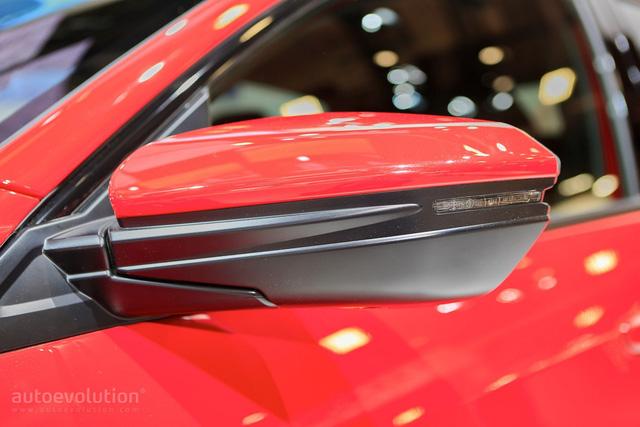 Về an toàn, Honda Civic Hatchback 2017 có hệ thống kiểm soát hành trình thích ứng, hỗ trợ duy trì làn đường, cảnh báo va chạm phía trước, phát hiện điểm mù và phanh giảm nhẹ va chạm.