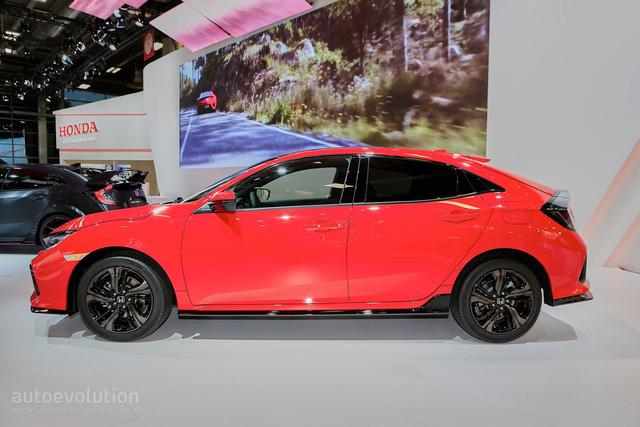 Về thiết kế, Honda Civic Hatchback 2017 cho thị trường châu Âu không có gì khác so với xe ở Bắc Mỹ. Được sản xuất tại nhà máy Honda ở Swindon, Anh, Civic Hatchback 2017 mang kiểu dáng 5 cửa với chiều dài tổng thể tăng 130 mm. Ngoài ra, Honda Civic Hatchback 2017 còn rộng hơn 30 mm và thấp hơn 20 mm so với phiên bản cũ.